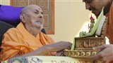 Swamishri engrossed in the darshan of Shri Harikrishna Maharaj