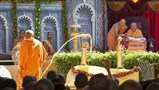 Swamishri sprays colored water on Pujya Mahant Swami ... 'Brahmanand Relave Re...'