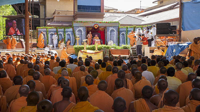 HH Pramukh Swami Maharaj arrives in the mandir grounds for rangotsav with sadhus