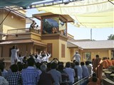 HH Pramukh Swami Maharaj arrives in the balcony
