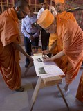 Pujya Ishwarcharan Swami performs pujan of Mandir plans
