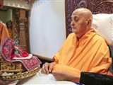 HH Pramukh Swami Maharaj engrossed in the darshan of Shri Harikrishna Maharaj