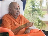 Swamishri arrives in the balcony in afternoon