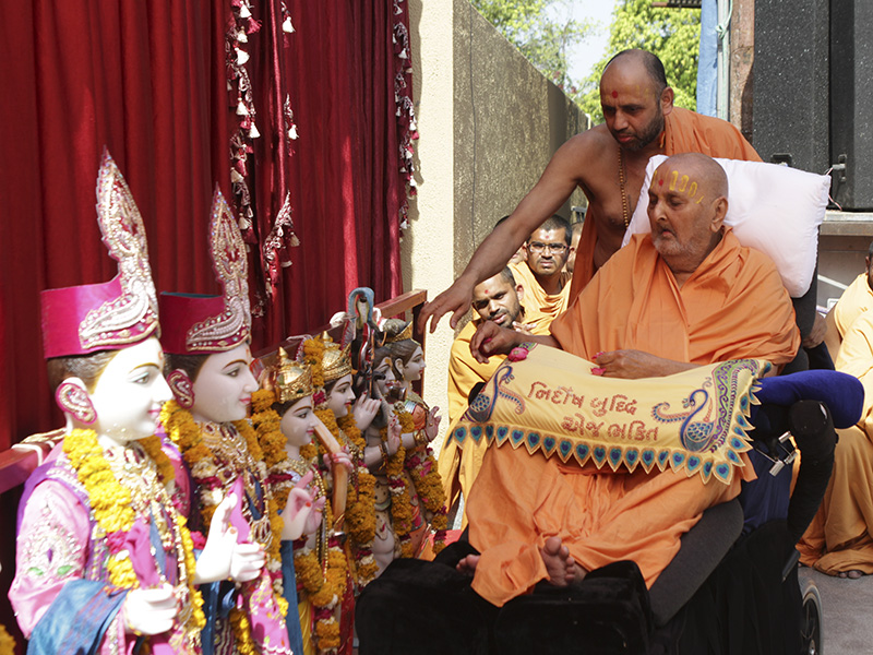 Swamishri performs mantra-pushpanjali rituals