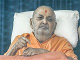 Swamishri arrives in balcony in the afternoon
