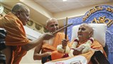 Swamishri plays raas