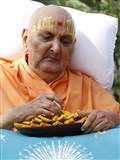 Swamishri sanctifies sweets