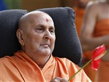 Swamishri waves a flower
