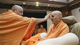 Pujya Ishwarcharan Swami applies chandlo to Swamishri