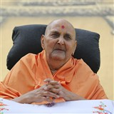 Swamishri greets all with Jai Swaminarayan