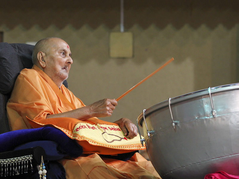 Swamishri plays the nagara, a drum