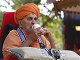 Swamishri blows a conch