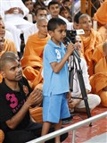 A kid prays before Swamishri