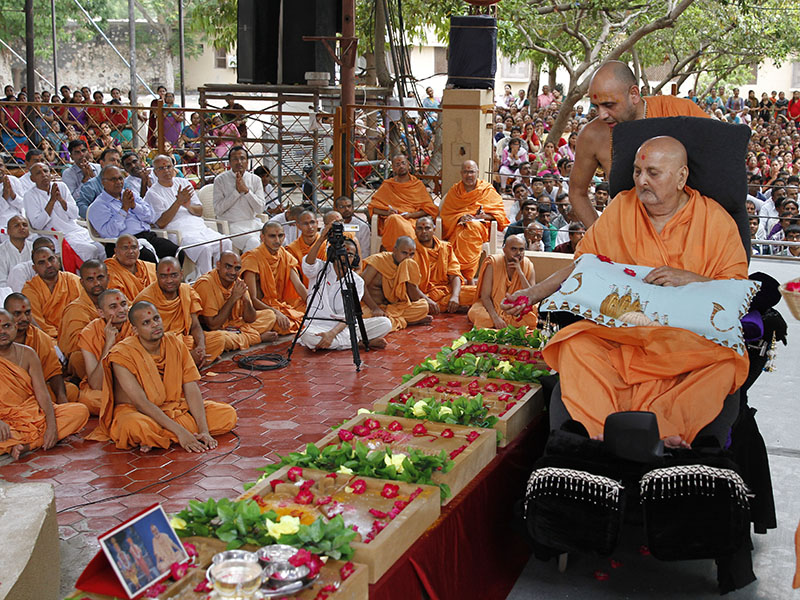 Swamishri performs pujan of shilas for new Yogiji Maharaj Smruti Mandir