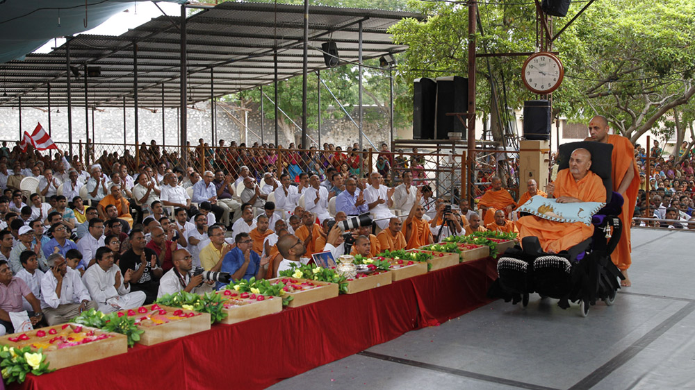 Swamishri performs pujan of shilas