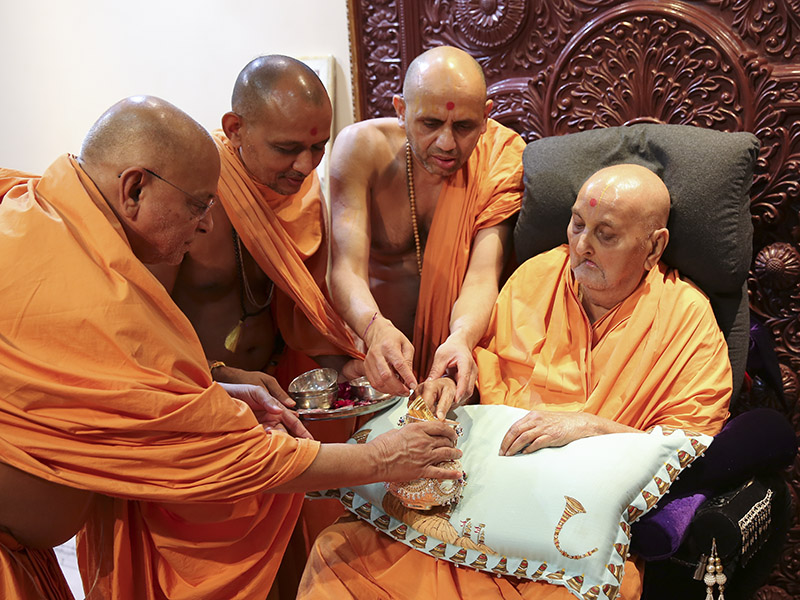 Swamishri sanctifies kalash for new Yogiji Maharaj Smruti Mandir