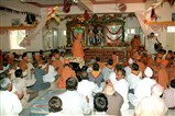 Swamishri and devotees performs arti