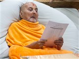 Swamishri reads a list of sadhus doing parayan