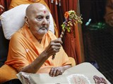 Swamishri arrives in balcony in the evening