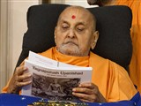 Swamishri inaugurates a new print publication 'Yagnapurush Upanishad'