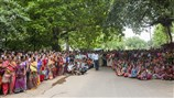 Devotees waiting for darshan of Swamishri on his departure
