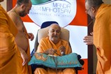 Swamishri sanctifies a mala
