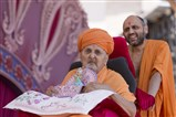 Swamishri arrives at Akshar Vatika
