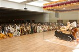 Swamishri blesses newly wed youths