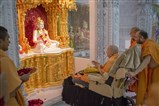 Swamishri arrives for darshan in the evening