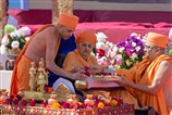 Swamishri sanctifies the kalash being put in each khand