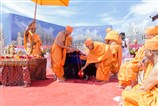 Swamishri lowers the kalash in the main khand, where the murti of Bhagwan Swaminarayan will be installed