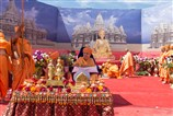 Swamishri performs arti at the site of Swaminarayan Akshardham Mahamandir