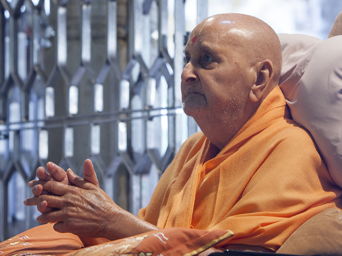 Swamishri engrossed in darshan of Thakorji