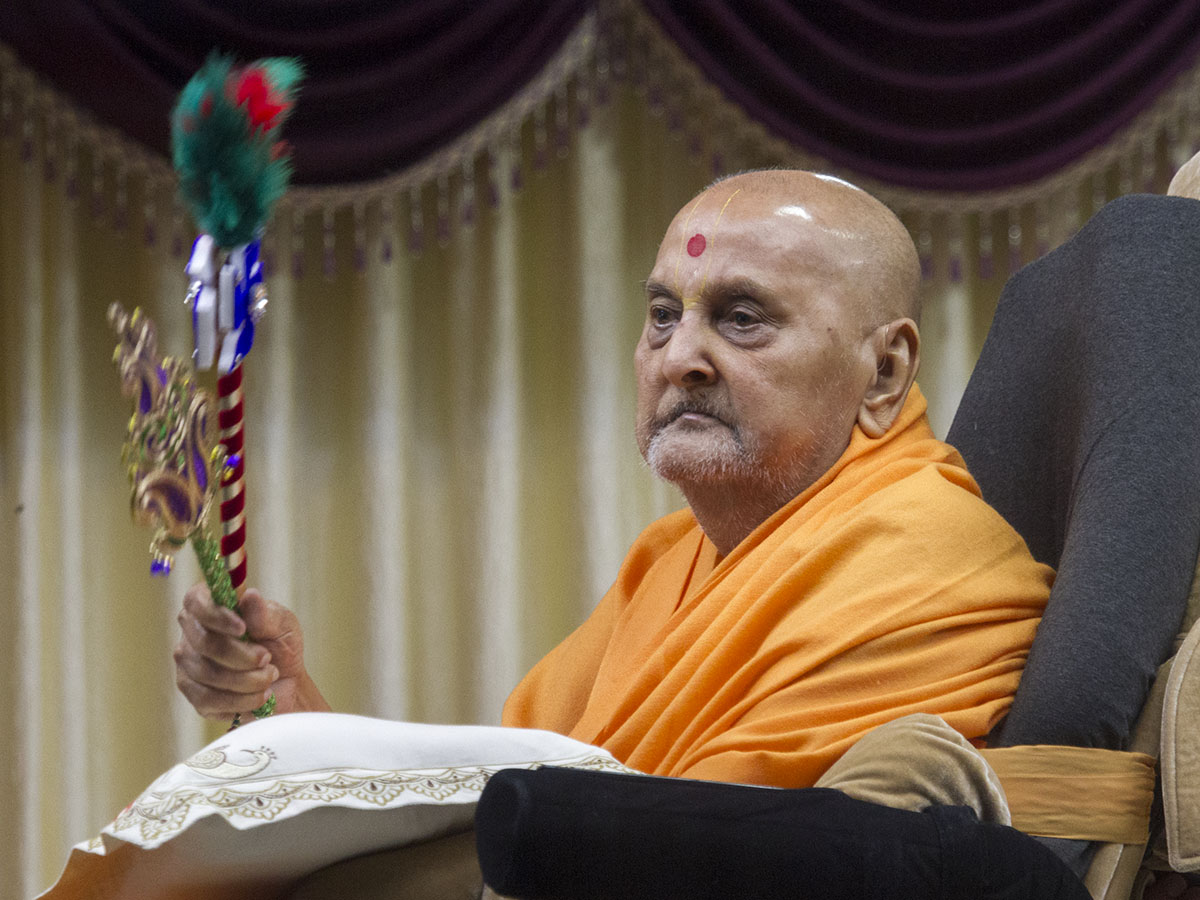Swamishri waves chhadis
