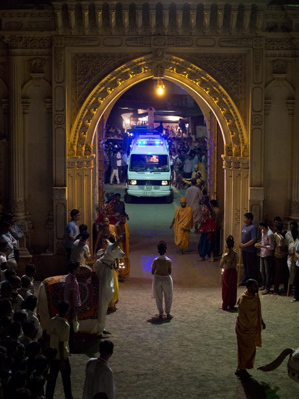 Swamishri arrives at Sarangpur Mandir