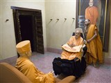 Swamishri engrossed in darshan of Brahmaswarup Yogiji Maharaj in the evening