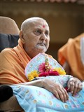 HH Pramukh Swami Maharaj arrives in the mandir grounds in afternoon with Shri Harikrishna Maharaj