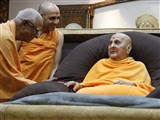 Swamishri blesses Pujya Swayamprakashdas Swami (Pujya Doctor Swami) at night