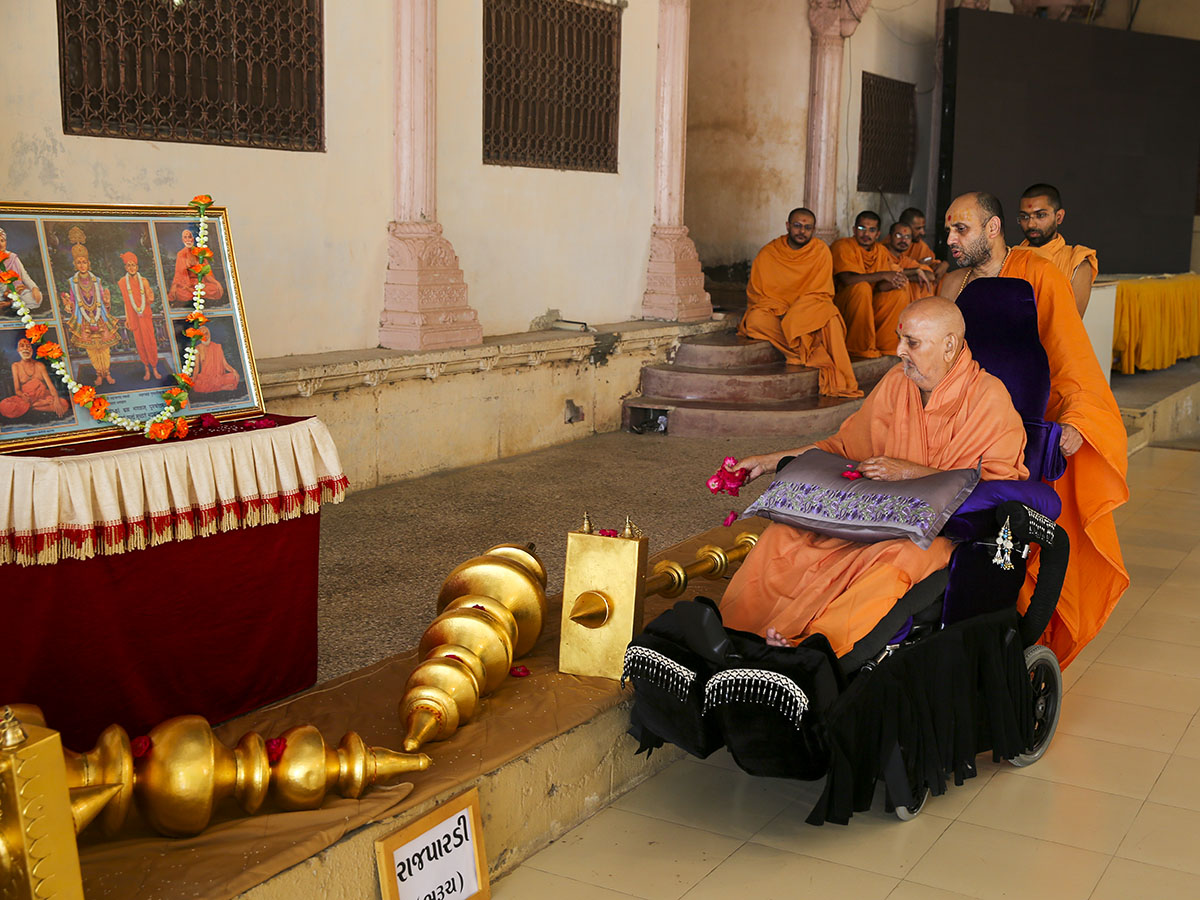 Swamishri performs pujan of flagstaffs for BAPS Shri Swaminarayan Mandir, Rajpardi, Bharuch, India