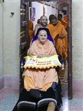 Swamishri arrives for darshan at Brahmaswarup Shastriji Maharaj's room