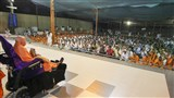 Swamishri arrives in the mandir grounds in the evening with Shri Harikrishna Maharaj