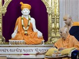 Swamishri engrossed in darshan of Shastriji Maharaj at Shri Yagnapurush Smruti Mandir