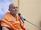 Pujya Viveksagar Swami delivers a discourse in the evening assembly on the occasion of Sharad Purnima.