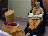 Swamishri doing darshan of Brahmaswarup Yogiji Maharaj