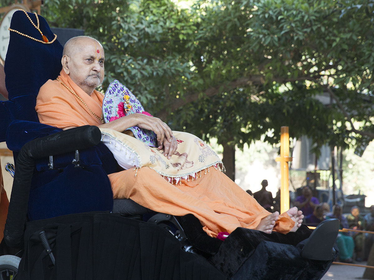 Swamishri arrives in the mandir grounds in the morning with Shri Harikrishna Maharaj