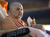 Swamishri arrives in the mandir grounds with Shri Harikrishna Maharaj in the morning