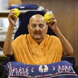 Swamishri sanctifies flowers