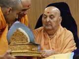 Swamishri engrossed in darshan of Thakorji in the evening