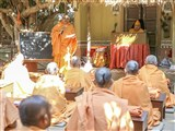 Swamishri Swamishri conducts a class for sadhus at the 'Yagnapurush Vishwavidyalaya'