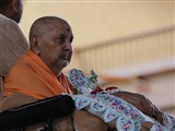 Swamishri arrives in the mandir grounds in the afternoon
